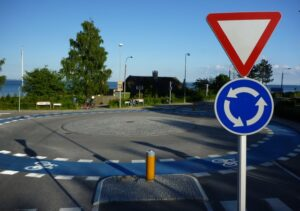 Tanskalainen liikenneympyrä: ympyrässä kiertää myös selkeä pyöräkaista