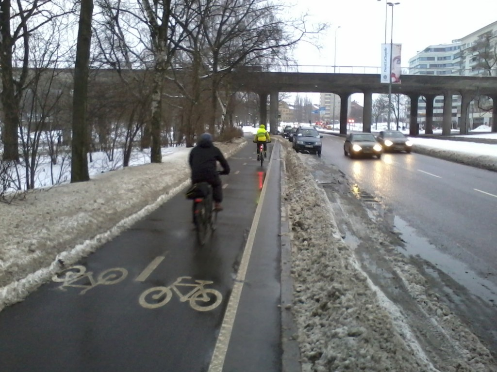 Tätä oli ilo polkea. Helsingissä järjestys olisi toinen: 1) kadunvarsipysäköinti kuntoon (auruasvalli pois) 2) ajoradan hiekkojen harjaus 3) ajoradan asfalttikorjaukset [...] 15) vapun jälkeen esikaupunkien pyöräteiden hoito