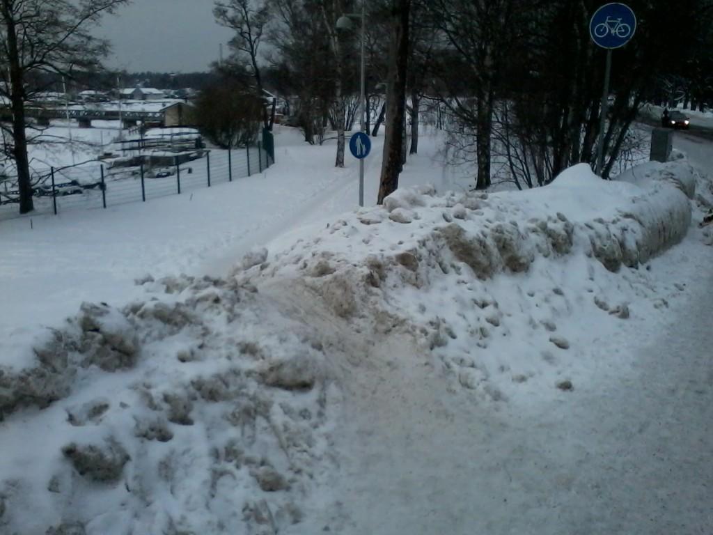 Tehostettua pyörätien talvihoitoa. Jalankulkijat - myös rollaattorit ja lastenvaunuilijat - olkaa hyvä ja siirtykää omalle väylälle