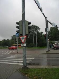 Kuva Tallinnasta. Pyöriä informoidaan väistämisestä liikennevaloja ollessa sammutettuina.