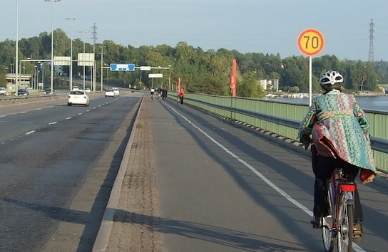 Kohtuullinen nopeusrajoitus? Pyöräily- ja jalankulkuystävällistä ympäristöä? Kulosaaren silta, moottoriväylä puolen kilometrin päässä Helsingin tiheimmästä asuinalueesta