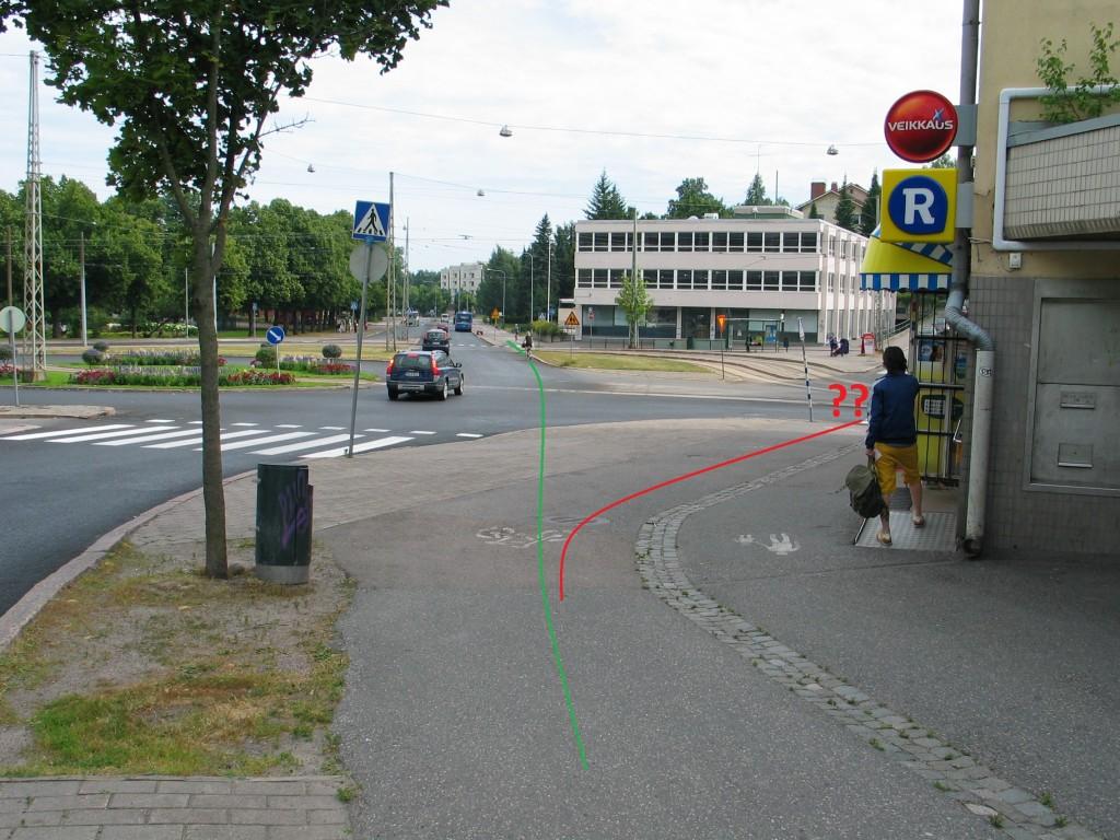 Edellisestä kuvasta seuraava risteys. Tässä suunniteltu punainen reitti johtaa todelliselle kiertotielle. Jälleen yksisuuntaistaminen toisi järkeä ajoon.