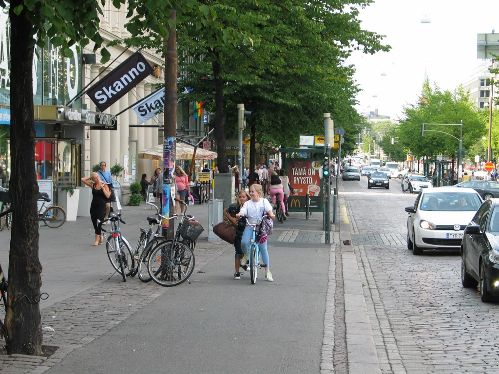Mannerheimintien toisella puolella on jo nyt yksisuuntainen pyöräkaista, milloin tämä pyörätie yksisuuntaistetaan? Tällä hetkellä mm. pysäkkialueet aiheuttavat useita läheltä piti -tilanteita päivittäin.