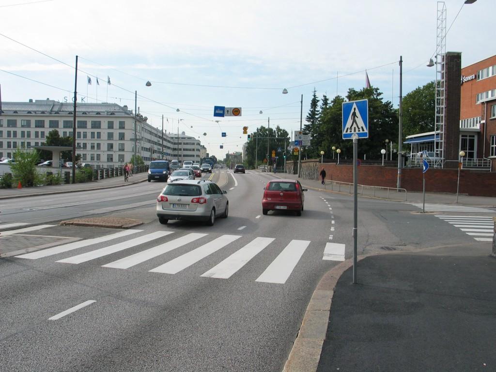 Ja tässä kohdassa pyöräily jatkuisi pyöräkaistaa pitkin (tarvittaessa sekaliikenteessä, mutta pyöräkaistan saattelemana). Yksinkertaista ja edullista muokkausta.