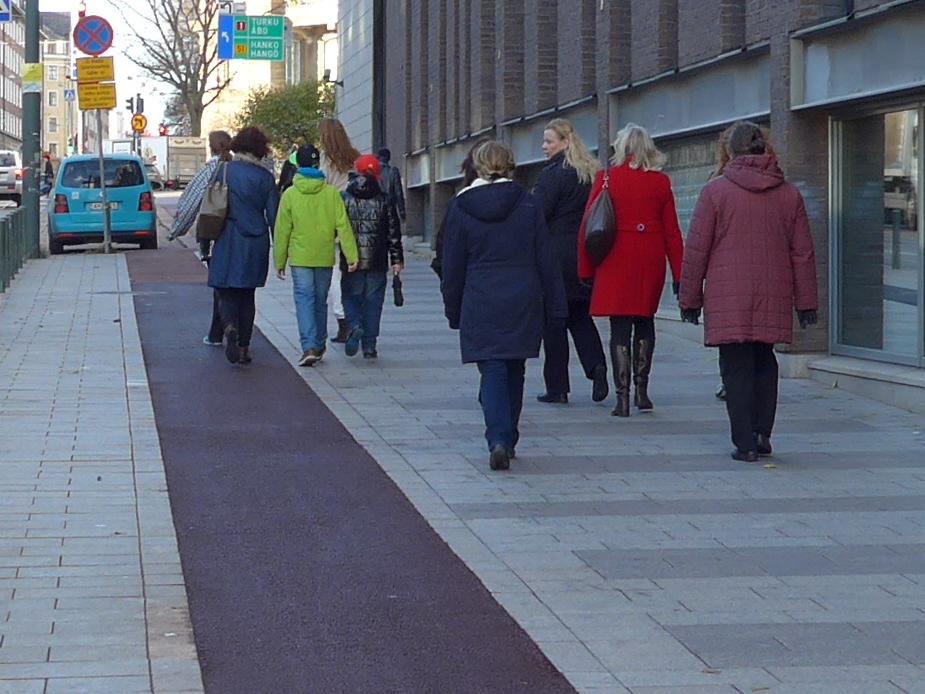 Pelkkä väri- ja materiaaliero ei riitä erottamaan jalkakäytävää ja pyörätietä tarpeeksi selvästi. Kuva: Marjut Ollitervo