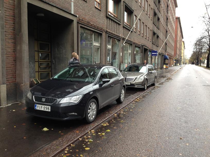 Pysäköintikäytäntöä Mechelininkadulla. Kuva: Tapio Keihänen