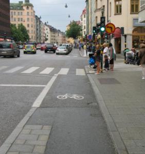 Oikein tehty reunakivi pitää jalankulkijat ja pyöräilijät turvallisesti erillään, eikä häiritse pyöräilyä. Kuva: Kaupunkisuunnitteluvirasto