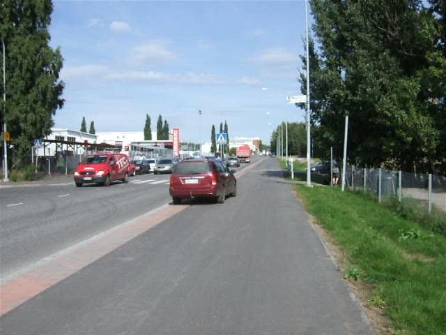 Sahaajankadun 1,7 miljoonaa euroa maksaneella pyörätiellä näkyy enemmän pysäköityjä autoja kuin pyöräilijöitä.