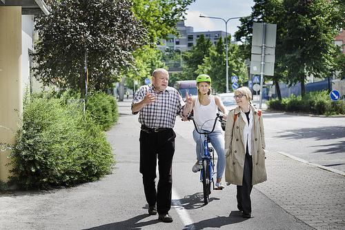 Pelkkä tiemerkintä ei riitä erottamaan pyörätietä jalkakäytävästä. Kuva: Liikenneturva