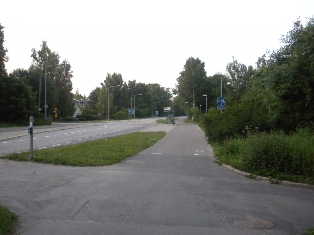 Suomessa pyörätietä ja jalkakäytävää ei tarvitse erottaa mitenkään.