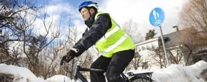 Liikenneturvalle pyöräily on vakava asia, ja päällä ovat kaikki mahdolliset turvalaitteet.