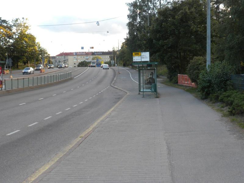 Rinnakkainen pyörätie ja jalkakäytävä. Pyöräilijällä on velvollisuus käyttää pyörätietä, eli ajaa bussipysäkin läpi.