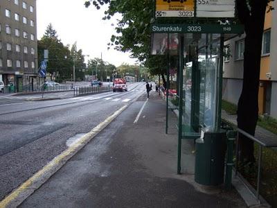 Pyörätie maaliviivan vasemmalla puolella on hädintuskin riittävän leveä tavalliselle pyörälle. Tavallista leveämmälle se on liian kapea. Vastaantulijan sivuuttaminen on mahdotonta.