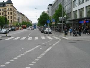 Etelään mentäessä pyöräkaista vaihtuu pyörätieksi Folkungagatanin jälkeen. Laadukkaasti jalankulusta eroteltu pyörätie oli uutta Tukholmassa vuonna 2001. Pyörätieltä pääsi helposti kivijalan palveluille. Samassa yhteydessä kadulle tuli laadukkaat runkolukittavat pyörätelineet. Kuva toukokuulta 2009.