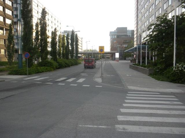 Helsingin kaupunki on keksinyt vapaaehtoisen pyörätien: pyörätietä ei merkitä sen käyttöön velvoittavalla merkillä. Tosin tällöin kyseessä ei ole pyörätie lainkaan.