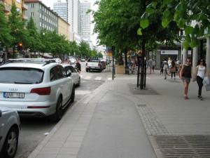 Puolivalmis. Vanha yksisuuntainen pyörätie muutettuna osaksi jalkakäytävää. Tuosta kohdasta vielä alkukesällä laskeutui luiska ajoradalle.