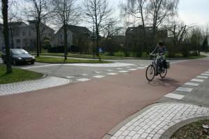Pyöräkatu Hollannista, jonka korotettu risteys autotien kanssa korostaa väistämisvelvollisuutta. Hollannissa. Lähde: Kulkulaarin kuvapankki, Kalle Vaismaa (CC-BY-4.0)