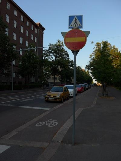 Muun muassa tämän liikennemerkin pitäisi liikenteen ohjaussuunnitelman mukaan olla 1,5m sivuputken päässä pyörätien vasemmalla puolella ja vähintään 2,7m korkeudella.