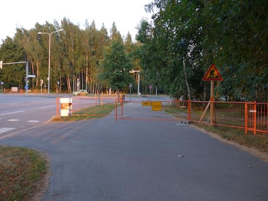 Ajoradalla on 3+3 kaistaa, mutta pyöräilijät kiertäkööt ja odotelkoot kahdet ylimääräiset liikennevalot. Herttoniemi, Linnanrakentajantien ja Abraham Wetterin tien risteys.