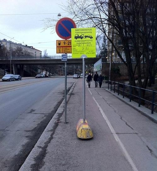 Ohjeen vastaisesti asennettuja liikennemerkkejä Helsinginkadulla. Pyörätien ja jalkakäytävän yhteenlaskettu leveys on 3,63m ja ne rajoittuvat kaiteeseen.