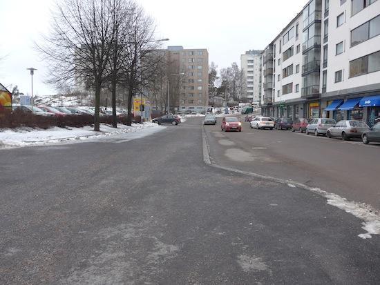 Hiihtäjäntien rakentaminen aloitettiin reilusti ennen kuin lautakunta oli hyväksynyt katusuunnitelman. Kuvan ottohetkellä 15.2.2014 tienpätkä on ollut valmiina jo joitakin viikkoja. Katusuunnitelma hyväksyttiin 11.2.2014.