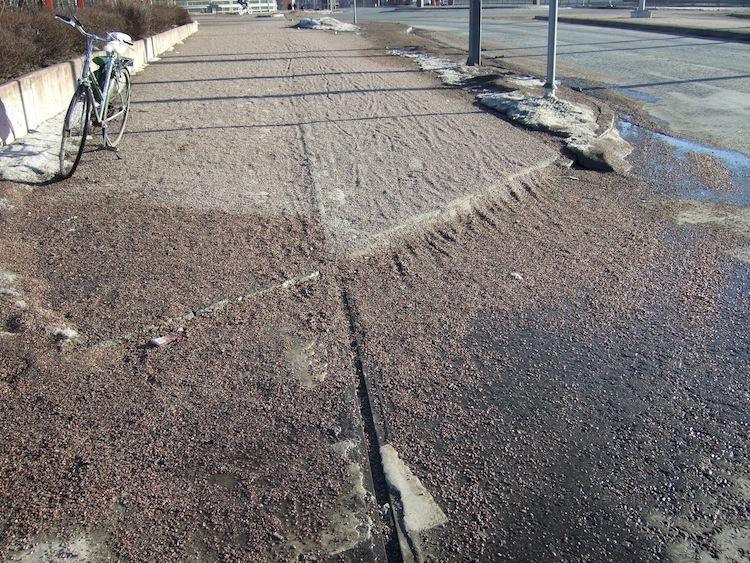 Tältä näyttävät pyörätiet pitkään lumien sulamisen jälkeen. Sepelin alla on asfalttipintainen pyörätie.