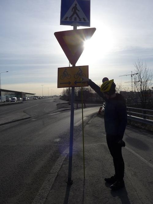 Lain vastaisesti asennettu liikennemerkki Kulosaaren sillalla. Merkin alareuna on 1,72m korkeudella, kun sen pitäisi lain mukaan olla vähintään 2m korkeudella.