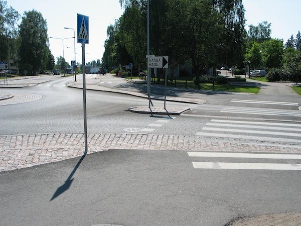 Tässä pitäisi olla pyörätien kohdalla vain asfalttia, ei nupukiveä.