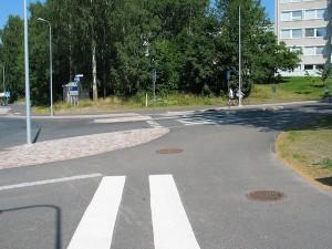Pyörätien ja jalkakäytävän erotteluviivoista ja pyörän kuvista ei ole tietoakaan.