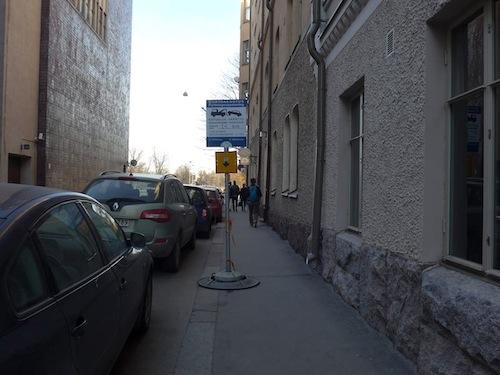 Ohjeen vastaisesti asennettu liikennemerkki Itäisellä teatterikujalla. Jalkakäytävän leveys on 1,90m ja se rajoittuu seinään.
