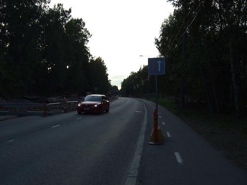 Ohjeen vastaisesti asennettu liikennemerkki Viilarintiellä. Yhdistetyn pyörätien ja jalkakäytävän leveys on 2,5m.