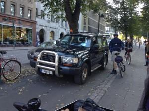 PUU-3 oli pysäköitynä PUU-LEHMUKSEN viereen. Tällä kerralla pyörätien puolelle. Kaupungininsinööri Raimo Saarinen kävi jututtamassa kuskia.