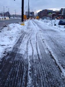 Tiistaina Jätkäsaaressa oli loska pyörätiellä. Perjantaihin mennessä se oli jäätynyt.