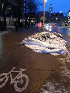 Tiistai-iltana Postikadulla kuvattu lumikasa oli yhä perjantaina iltapäivällä pyörätien tukkeena. Kuva: Tapio Keihänen, HePo