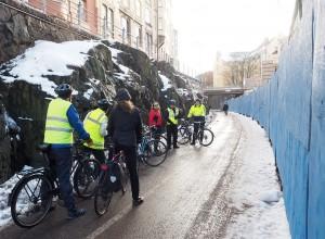 Baanan kunnossapito ontuu: Puolet yhdestä Helsingin merkittävimmästä pyörätiestä on yhä lumen ja jään peitossa kolme päivää lumisateen päättymisen jälkeen. Lisäksi paikoitellen sepeliä on kylvetty enemmän pyöräilijöiden kuin jalankulkijoiden puolelle. Kuva: Janne Saavalainen, Stara