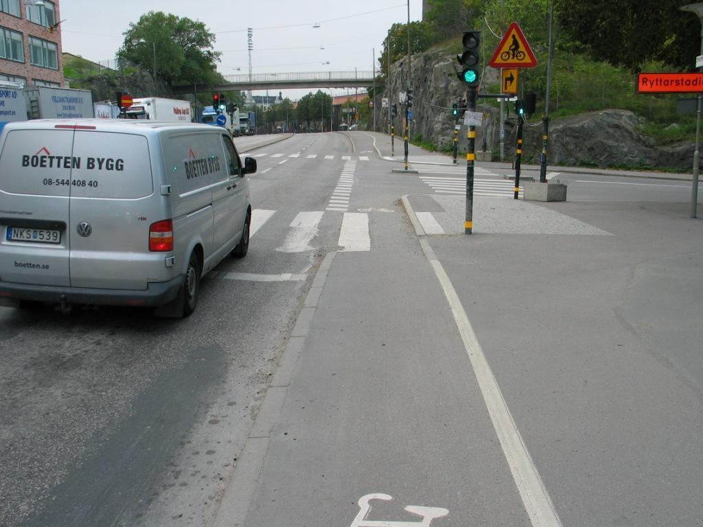 Varo polkupyöräilijää sivutiellä, eli kun käännyt niin vieressä kulkee pyörätie. Toivottavasti ennakointi eikä onnettomuus ole syy liikennemerkkiin.