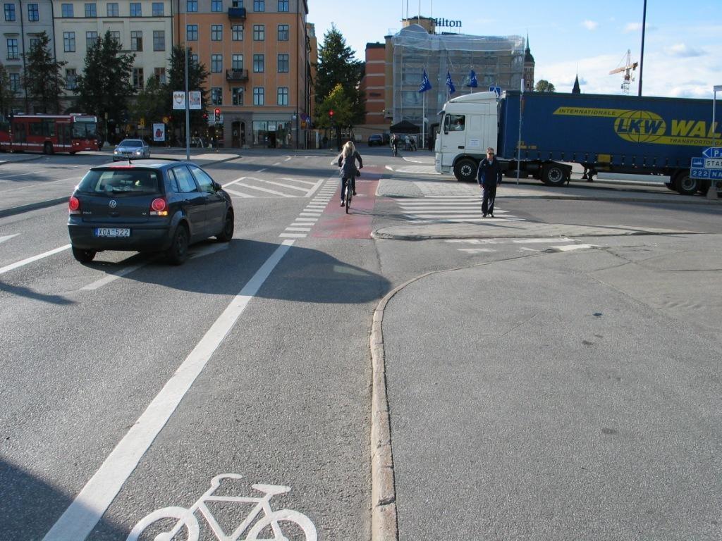 Massattu ylitys, jyrkät kaarresäteet ja oikea nopeus ja asenne tuo turvallisuutta. Silti vuonna 2011 juuri tässä risteyksessä naispyöräilijä kuoli kun kuorma-auto ajoi hänen yli. Onnettomuuden syyksi katsottiin kuorma-autoihin muodostunut kuollut kulma. Punaista massausta lisättiin, mutta muita toimia, esim. korotettua pyörätien jatketta tai varo polkupyöräilijää liikennemerkkiä, ei tehty.