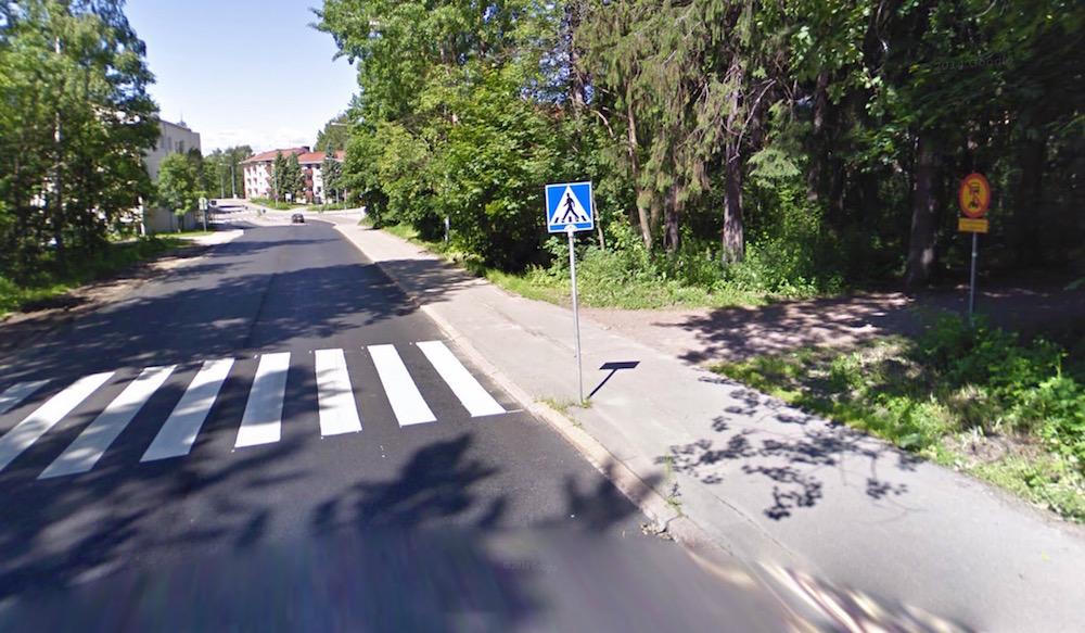 Kahden tien risteys. Pyöräilijä tulee tässä suojatielle, mutta ei pyörätieltä, joten vuoden 1997 sääntöä ei sovelleta.