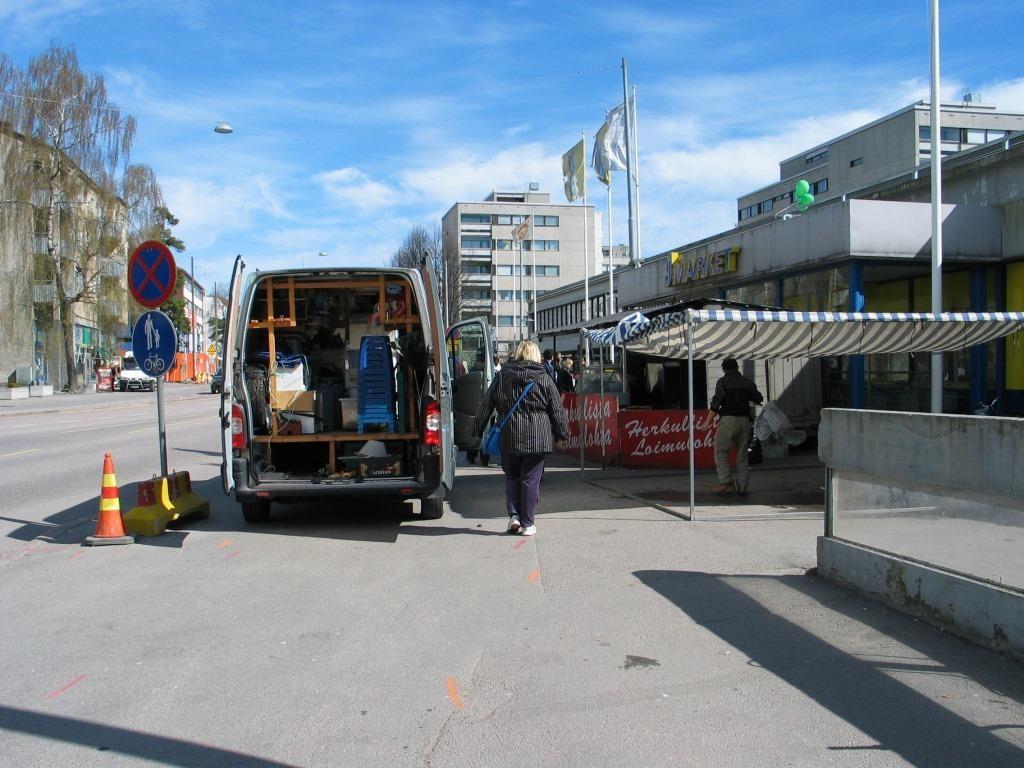 Kuva Lauttasaaresta vanhan ostarin purkujuhlista. Tämä tukkiminen oli näiden mielestä oikeutettua ja hyväksyttävää, sillä ajoradallekaan ei saanut jättää. Näitä tilanteita on usein, kun lakia rikotaan kahdessa pykälässä ja tukkia tekee päätöksen kumpaa hän haluaa rikkoa. Ruotsissa laki on selkeä: jalkakäytävälle, pyörätielle ja pyöräkaistalle pysähtyminen ja pysäköiminen on aina kiellettyä.