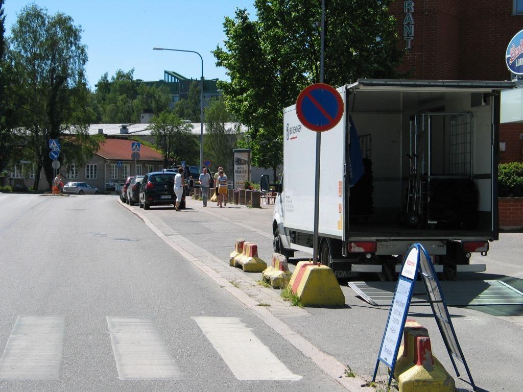 Surullisen kuuluisa Heikkiläntie Helsingin Lauttasaaressa. Tämän kohdan ongelmaa on vatvottu vuosikausia niin Laru-liikkeen fb-ryhmässä kuin rakennusviraston Twitterissä. Ongelmaa ei ole saatu vieläkään korjatuksi, vaikka lastauspaikka on niinkin yksinkertaisessa paikassa kuin ajoradalla, ja lopuista autoista puuttuu lastaaminen, joten sakotusta ja joka tunti!