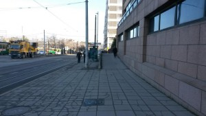 Toisesta suunnasta kävelyä ei ole mitenkään ohjattu. Ylös jatkuu pyörätie ja pyörien paikka on erotteluviivan oikealla puolella.