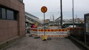 Kävelijöiden paljon käyttämiä reittejä on yritetty sulkea pyöräilyonnettomuuksien ehkäisemiseksi. Nämä ovat autokaupungin peruskeinovalikoimaa.