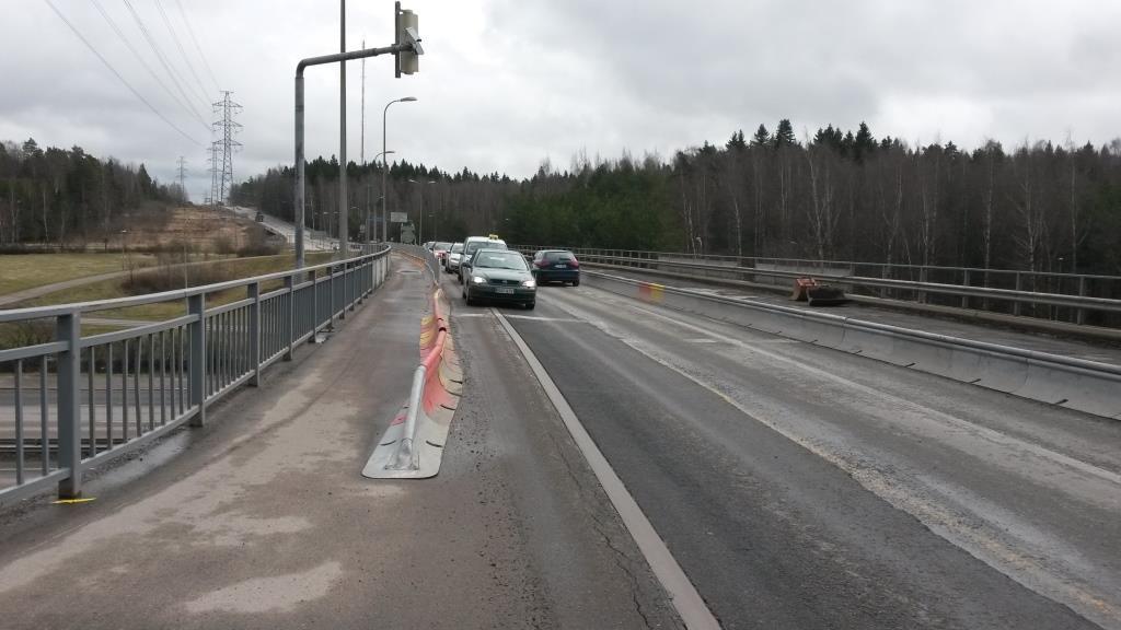 Yhdistetty pyörätie ja jalkakäytävän leveys on puolitettu. Kolmas sillan pituinen kääntyvien kaista on poistettu. Mutta miksi punaisissa valoissa odottavat autot eivät voisi olla sata metriä taaempana, kun tässä ei ole edes samanaikaista vihreää valovaihetta molempiin suuntiin. Nyt valoissa odottavat autot tekevät tilasta entistä ahtaamman ja pakottavat pyöräilijät taluttajiksi.