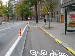 Strandvägenin toinen puoli tässä kohdassa kokonaan suljettu (kiskotyömaa) ja tämän puolen liikenne muutettu kaksisuuntaiseksi ja ajorataan mahdutettu kaksisuuntainen pyörätie.