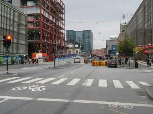 Klarabergsgatanin neljästä kaistasta käytössä on vain kaksi. Kävely kadun molemmilla puolilla ja pyöräily sekaliikenteessä. Tällä hetkellä kaistoja on ajokaistoja on vain yksi, missä valo-ohjaus vuorottaa ajosuuntaa. Kävely edelleen molemmin puolin ja pyöräily edelleen sekaliikenteessä.