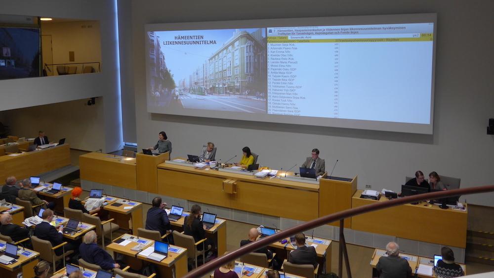 Apulaiskaupunginjohtaja Anni Sinnemäki esittelemässä Hämeentie-suunnitelmaa.