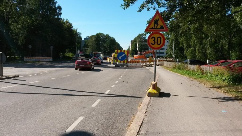 Tämän korttelin ollessa remontissa pyöräily siirrettiin kaksisuuntaisena puistoon. Kuvattu 19.8.2015.