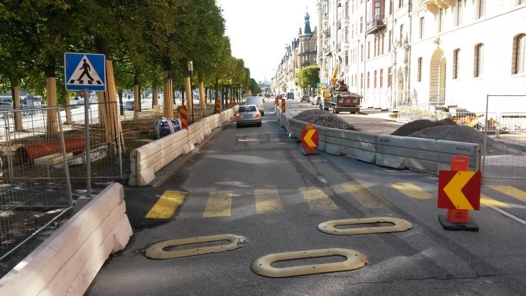 Lisää tilapäisiä keinovalikoimia: keltaiset suojatieviivat, maahan kiinnitettävät hidasteet sekä esteetön jalankulkuympäristö.