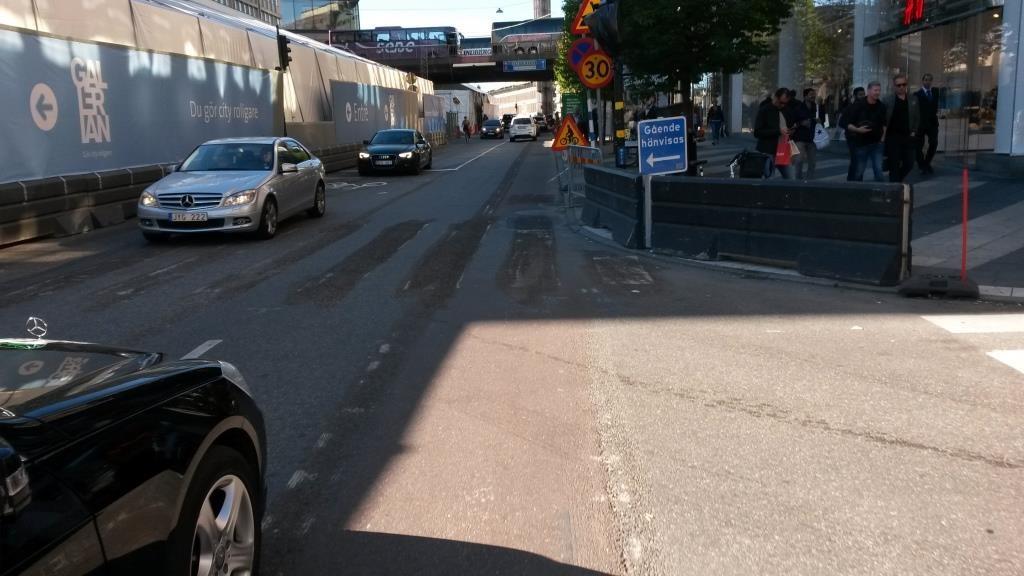 Työmaa on pakottanut kadun kapeaksi. Tästä syystä pyöräkaista on päätetty poistaa ja pyöräily tapahtuu sekaliikenteessä. Tilapäisten tiemerkintöjen keinovalikoimassa tunnetaan myös tilapäinen pyörätasku.