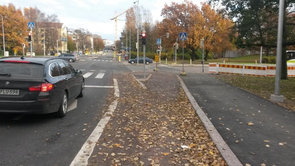 Liittymä tiemerkintöjä vaille valmiina 29.10.2015. Edelleen tänään liittymä näyttää pyöräilyn osalta täysin samalta. Miksi?